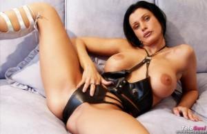 Sexy Frau in Leder und mit dicken Titten will Telefonsex