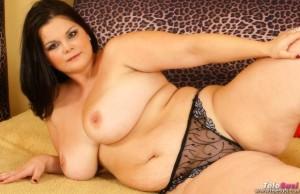 Geile mollige Frau mit dicken Titten will Telefonsex nackt auf dem Bett