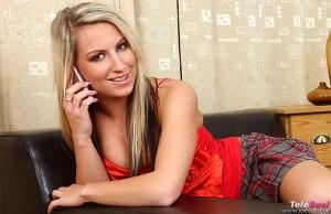 Blonde junge Studentin verdient sich Taschengeld mit Telefonsex